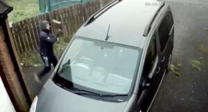 Ladrón intenta robar un auto con un ladrillo y éste le rebota en la cara