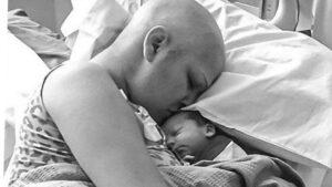 Mujer da a luz a un bebé sano tras recibir quimioterapias durante su embarazo