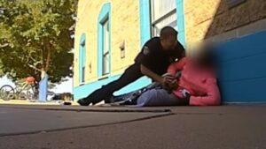 """Policía de EU ataca a niña por """"tomar mucha leche"""" de la cafetería escolar"""
