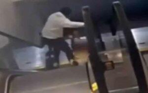 Ladrón arrastra a mujer por unas escaleras eléctricas para quitarle su bolso