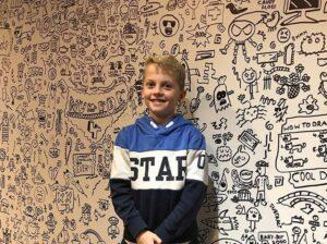 Un restaurante contrata a un niño de 9 años para decorar el lugar con sus dibujos