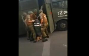 Policías chilenos detienen con violencia a un anciano durante las protestas