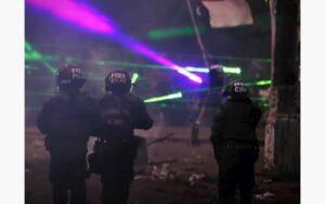Manifestantes chilenos utilizan rayos láser para cegar a policías durante las protestas