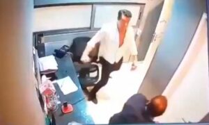 Hombre golpea a un guardia de seguridad porque le pidió bajarle a su música