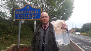 Vecinos de una aldea británica encuentran paquetes con dinero sin saber quién los deja