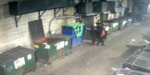 Una joven es violada en un callejón cerca de los empleados de un bar