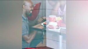 Hombre se compromete con su novia en un KFC, se burlan de él y ahora tendrá una boda millonaria
