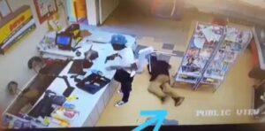 Captan a cliente robando los billetes que se le cayeron a un ladrón durante un asalto