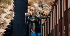 Contrabandistas en México rompen con sierras el muro fronterizo de Trump