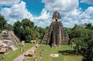 Captan a turistas rayando sus iniciales en Templo Maya de Guatemala