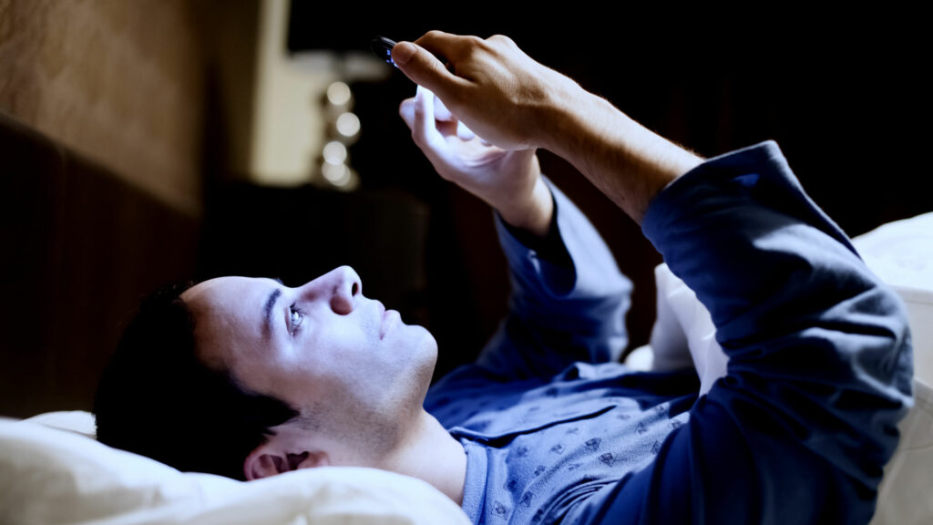 La luz de los celulares podría acelerar el envejecimiento, según estudio