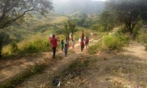 Niños de escuelas rurales desfilan en condiciones precarias para conmemorar la Revolución