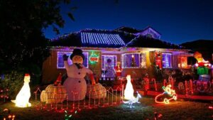 Exigen a pareja retirar adornos navideños por ponerlos anticipadamente