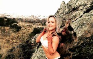 Cazadora posa semidesnuda con los animales que mató y recibe críticas