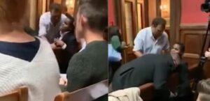 Sacan por la fuerza a un joven invidente de una sala de debates en Oxford