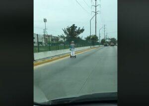 Captan a una mujer de la tercera edad conduciendo un scooter eléctrico en calles de Tamaulipas