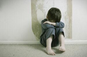 Padres encerraron a su hijo en una jaula y lo mataron; podrían recibir la pena de muerte