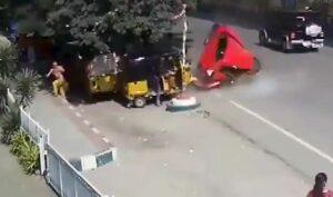 Un auto sale volando de un puente y cae rodando sobre una calle