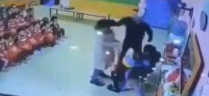 Un hombre golpea a la maestra de su hija tras descubrir que la maltrataba