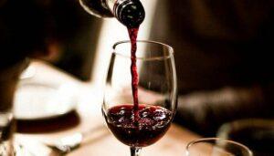 Vino tinto podría ayudar a controlar la depresión y la ansiedad, asegura investigación