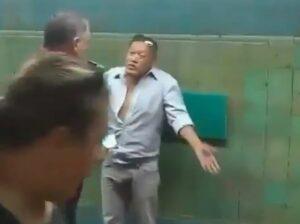 Sujeto golpea a su pareja en el metro de Argentina y pasajeros lo detienen