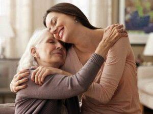 Terapeuta recomienda de 4 a 12 abrazos al día para mejorar la salud