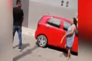 Madre golpea a su hijo en la calle por serle infiel a su esposa