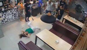Sujetos golpean a una mujer en un bar porque los meseros le dieron una mesa muy cerca de ellos