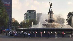 Mujeres rodean la Diana Cazadora para crear conciencia sobre proteger monumentos en marchas