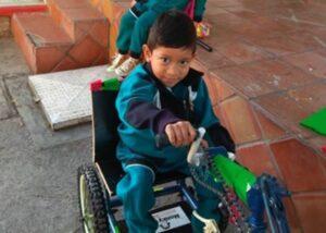 Adaptan una bicicleta para que un niño con discapacidad pueda desfilar