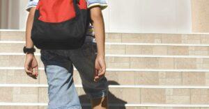 Niño lleva heroína a la escuela y dice que cuando la prueba se siente como 'Spiderman'