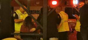 Cuatro hombres golpean a una mujer afuera de una cervecería y nadie interviene
