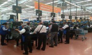 Abuelitos empacadores no son empleados de la empresa, aclara Walmart