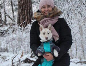 Encuentran familia a una perrita que fue rechazada por tener unas inusuales cejas