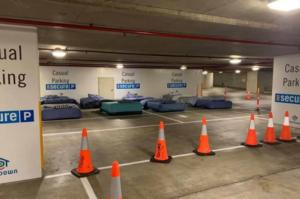 Fundación convierte por las noches un estacionamiento en casa para indigentes