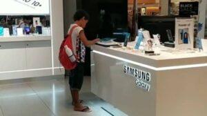 Niño utiliza tablet de muestra para hacer su tarea