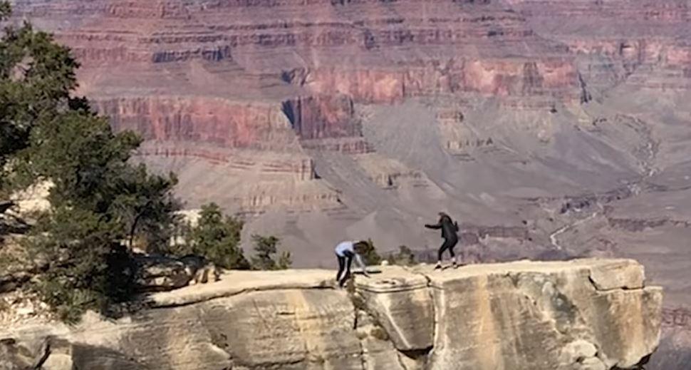 Una joven casi cae de una montaña al intentar tomarse selfies con su madre