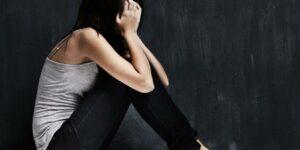 Adolescente es violada durante 30 minutos en el pasillo de la escuela y nadie la ayuda