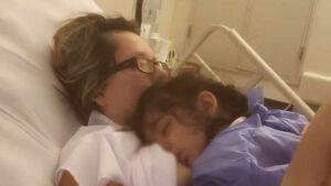 Mujer despierta del coma al escuchar a su hija pidiéndole de comer