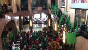 Campesinos irrumpen en Bellas Artes y exigen retirar cuadro de Emiliano Zapata donde aparece con tacones