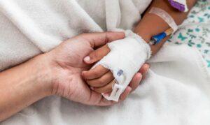 Un niño español sufre daño en la piel, hígado y riñones por una negligencia médica