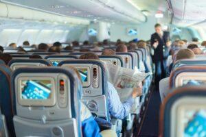 Mujer provoca el aterrizaje de un vuelo tras fingir problemas respiratorios para conseguir un mejor asiento