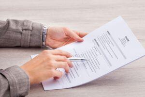 Condenan a prisión a una mujer que mintió en su CV para obtener un cargo público