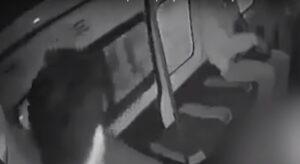 Pasajero encara a presuntos delincuentes durante asalto y desata tiroteo en una combi