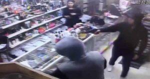 Mujer frustra asalto en negocio de Nuevo León