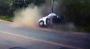 Muere una joven al impactar su auto contra un poste