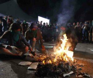 Feministas queman libros en contra de la diversidad de género en la FIL Guadalajara