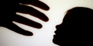 Mujer denuncia que su hijo fue víctima de agresión sexual por parte del conserje de su escuela