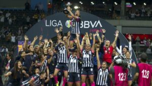 Corona premia a campeonas de la Liga MX luego de que solo recibieran una tablet