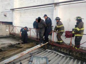 Ladrón intenta robar 30 laptops y se queda atorado en el techo de una tienda
